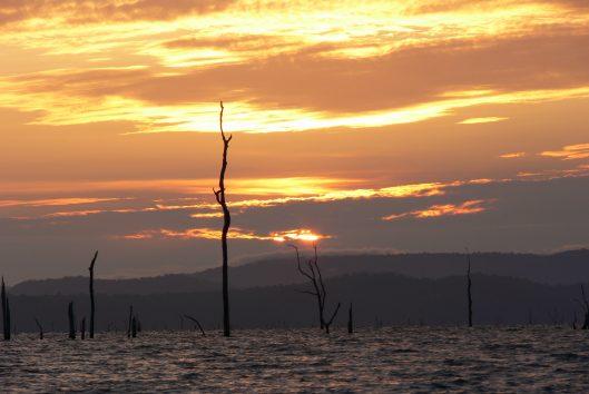 brokopondo stuwmeer zonsondergang