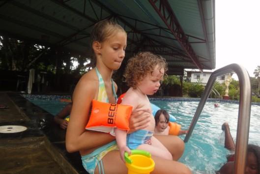 zwemmen bij Bloemendaal appartementen suriname