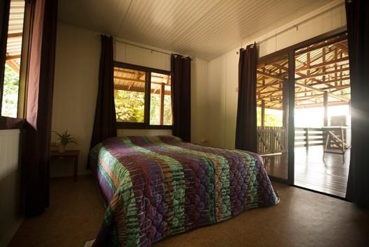 afobaka resort slaapkamer