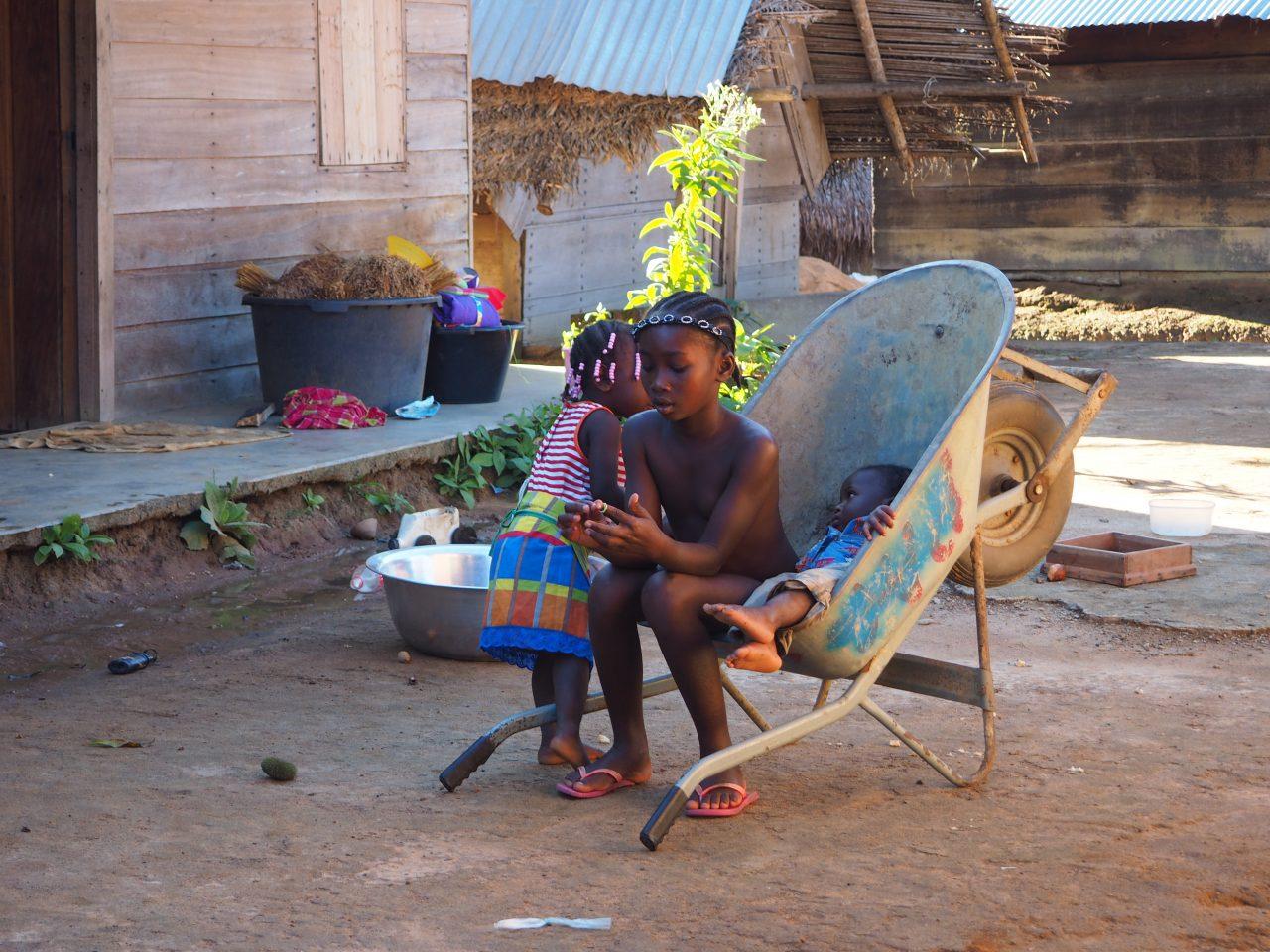 Boven Suriname meisjes in kruiwagen