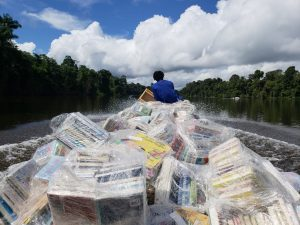 boekenboot Boven Suriname rivier